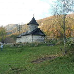 Manastir Dovolja, sa crkvom